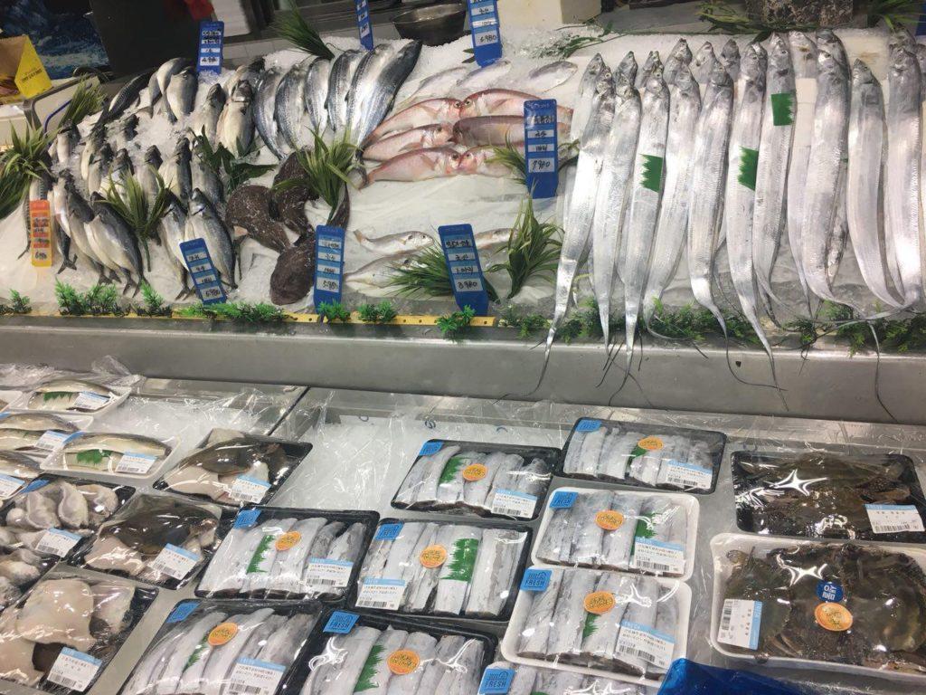 Все свежайшее - фрукты, овощи, мясо, огромное количество рыбы и морепродуктов.